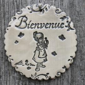 """faïence ronde """"Bienvenue"""" (petite fille et bouquet)"""