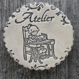 """faïence ronde """"Atelier"""" (petite fille et machine à coudre)"""