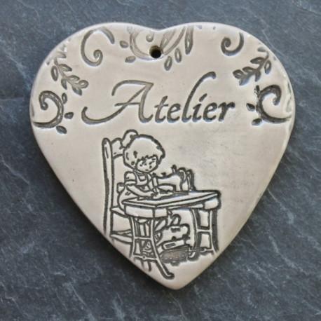 """faïence coeur """"Atelier"""" (petite fille et machine à coudre)"""